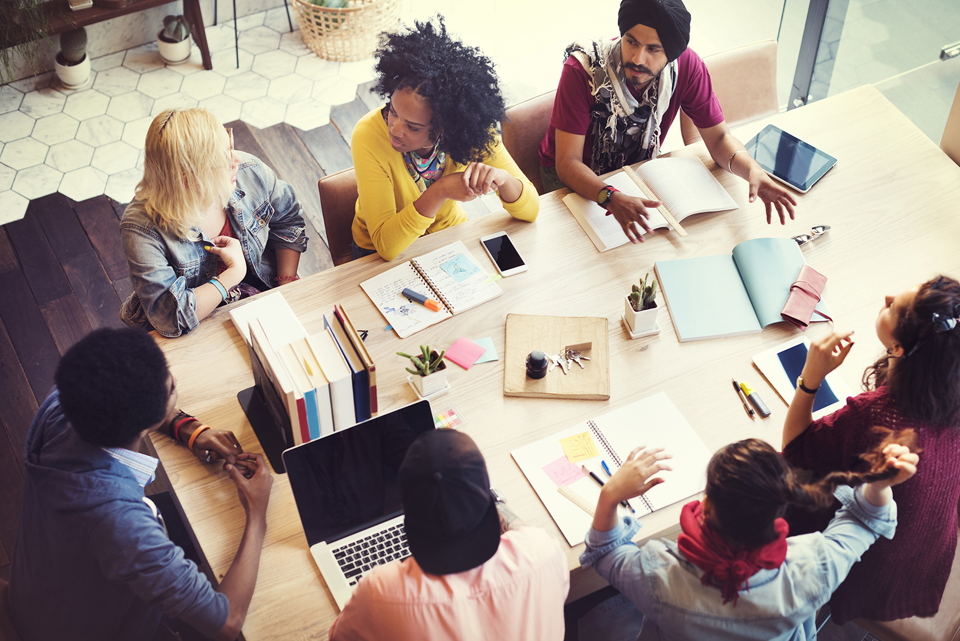 Groep-collegas-in-gesprek-aan-tafel