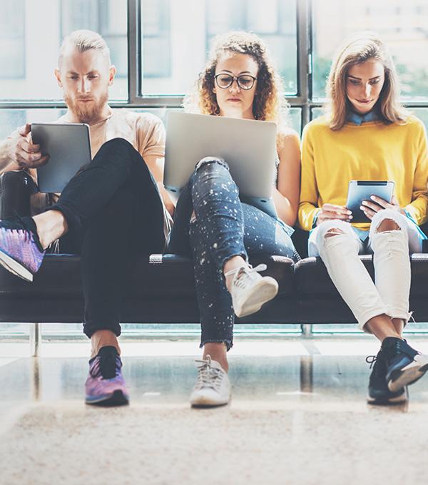 Jonge-mensen-met-laptops-en-tablets-op-bank