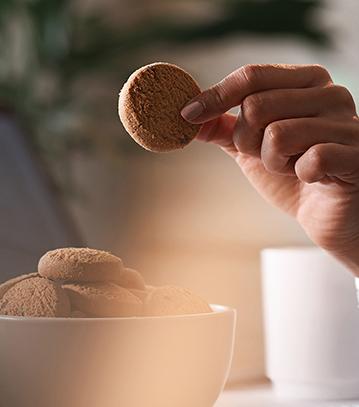Koffie-met-een-koekje-staand