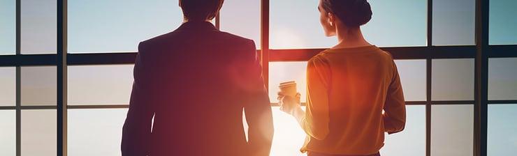 Man-en-vrouw-in-gesprek-met-koffie-voor-raam