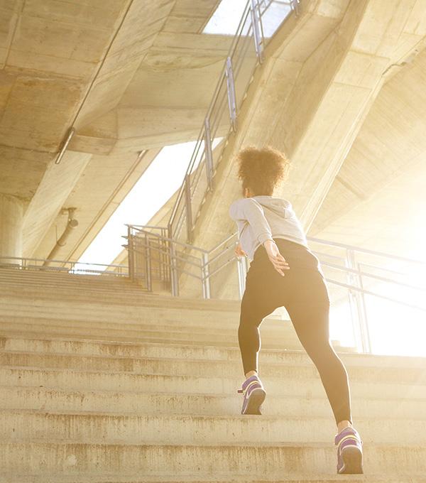 Sportieve-vrouw-rent-snel-de-betonnen-trap-op