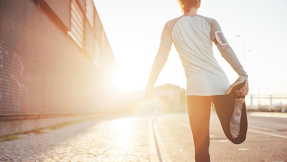 Vrouw-strekt-benen-alvorens-te-gaan-rennen