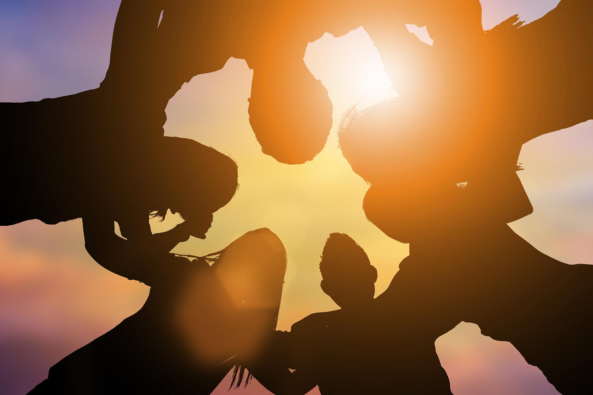 Mensen-omarmen-elkaar-zonneschijn